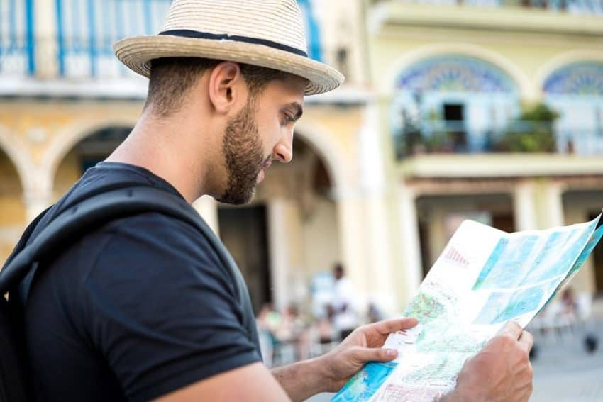 Backpacker in Cuba consulting travel guide